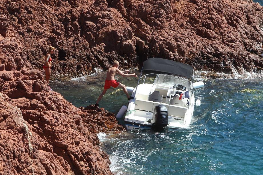Le bateau s'est finalement échoué sur les rochers.