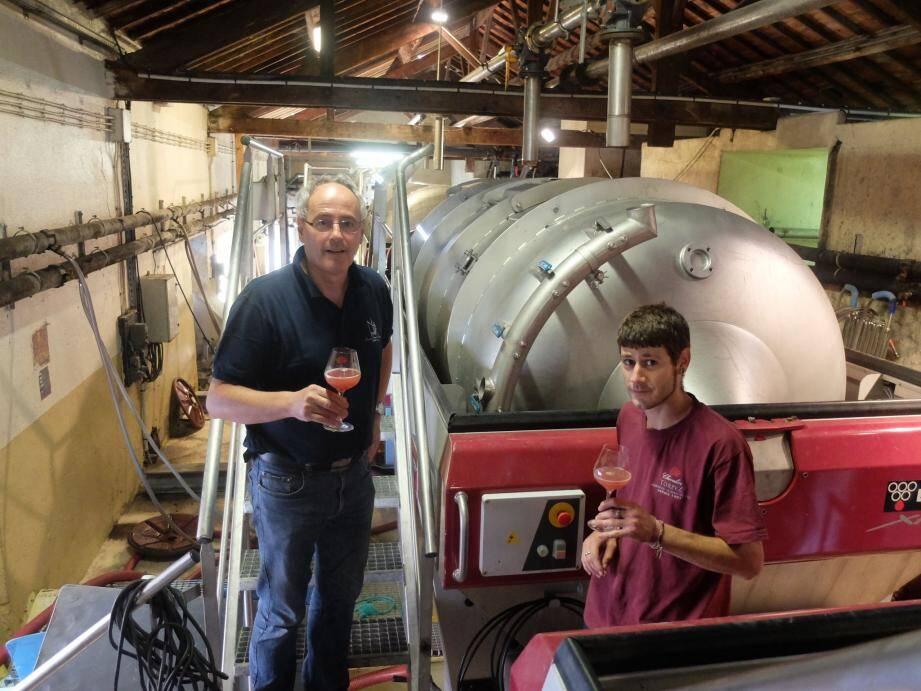 Le directeur Alain Guichet (à gauche) et le caviste Kavin testent le premier jus.