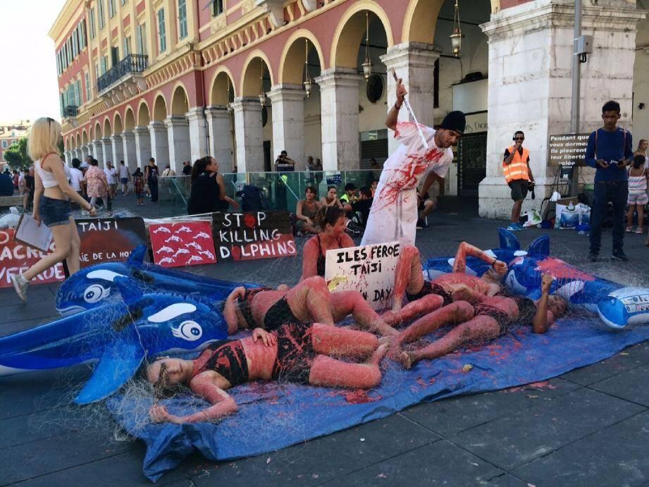 La mise en scène choc des Sans Voix Paca, hier, place Masséna à NicePhoto L. M.