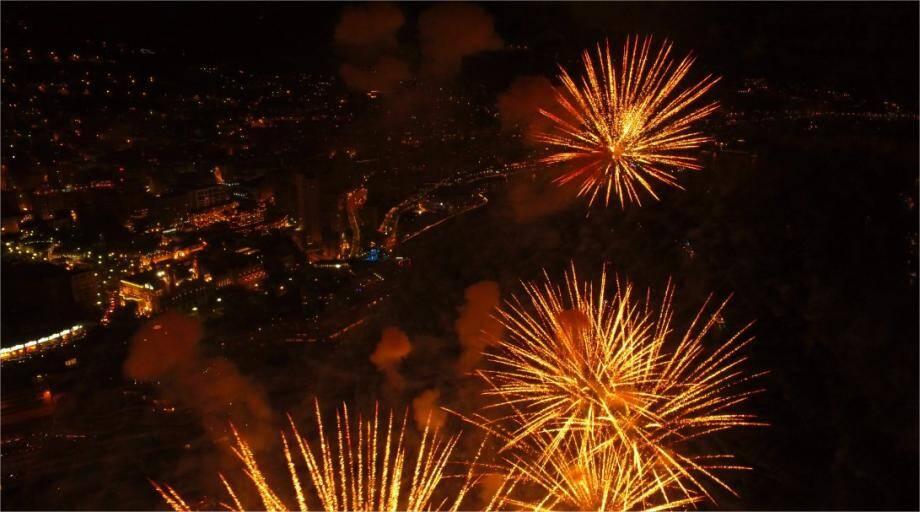 Une image prise du drone, samedi soir. Un point de vue unique sur le feu d'artifice, visible aussi sur une vidéo réalisée par MC-Clic.