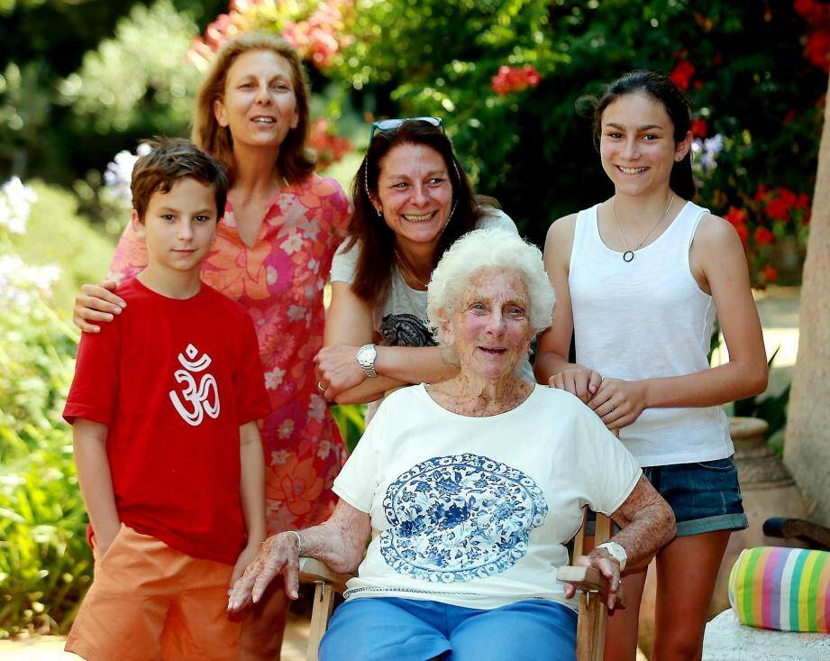 Christiane de Cabarrus, que tout le monde sur l'île appelle Tatiane, entourée à Port-Man, de deux de ses fille, Marine et Sylvie, et deux de ses petits-enfants, Antoine et Chloé.
