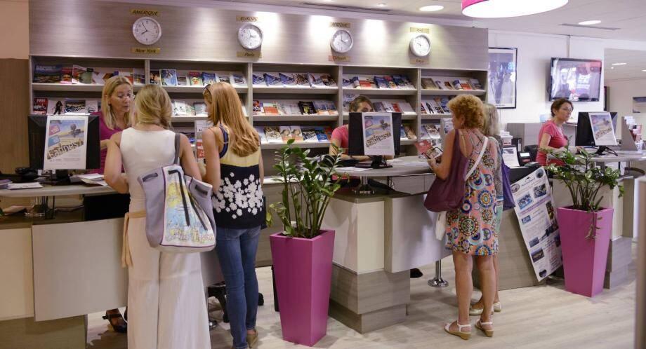 Pour répondre aux questions des milliers de visiteurs, pas moins de dix-neuf employés sont sur le qui-vive en juillet et en août à l'office du tourisme de Cannes.