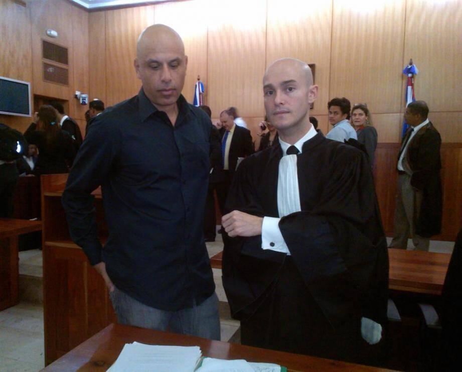 Nicolas Pisapia, le passager du vol incriminé à destination de Saint-Tropez, et son avocat français Julien Pinelli.