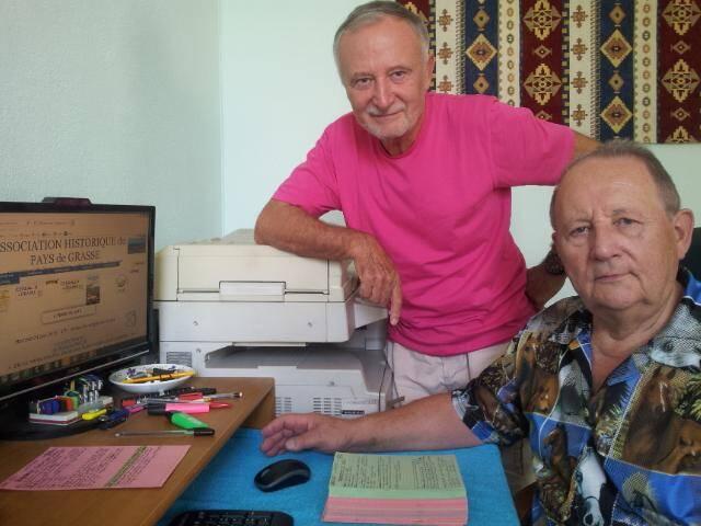 Jean Doussy et Simon Guérin devant la page d'accueil du site de leur association et un joli tas de fiches réalisées pour tous les soldats de la Grande Guerre morts, nés ou ayant résidé à Grasse.