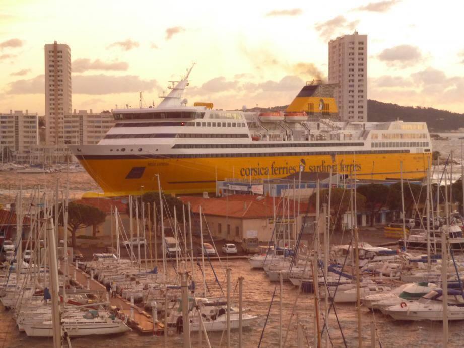 Un navire de la Corsica Ferries à Toulon