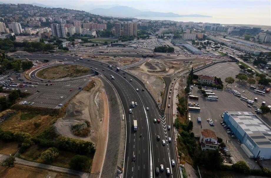 La sortie Nice-Promenade sur l'A8 comporte une bretelle étroite sur une seule voie. La nouvelle bretelle à deux voies doit permettre de venir à bout des embouteillages à rallonge.(DR)