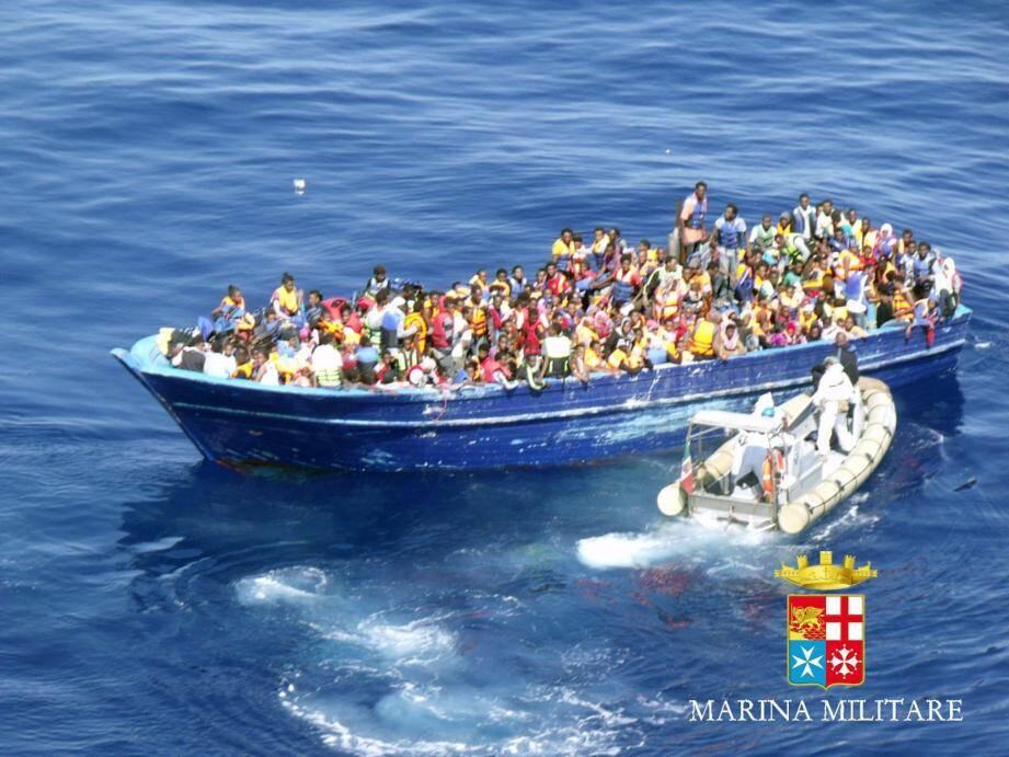 Trois mille migrants dérivent au large des c - 30233746.jpg