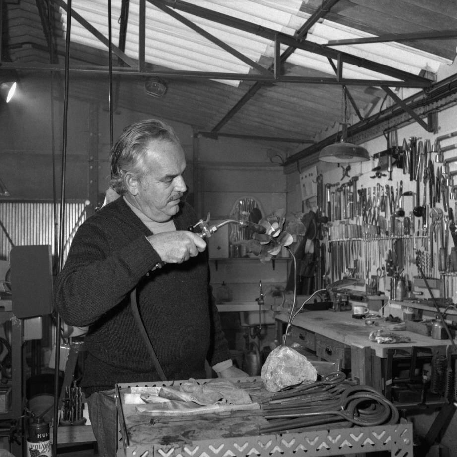 Le prince Rainier, dans son atelier à Rocagel, le 30 septembre 1973.