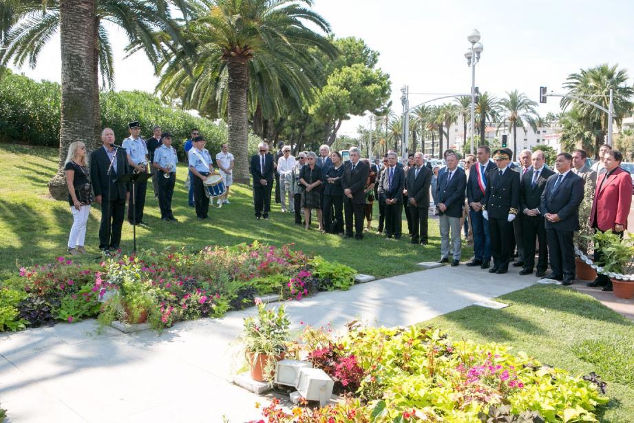 L'heure était au recueillement jeudi devant le monument érigé pour les victimes du crash.