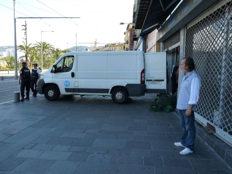 Eric Melloul devant son ancien magasin, au 34 boulevard Jean-Jaurès. Il assiste au « déménagement de la marchandise restée à l'intérieur.