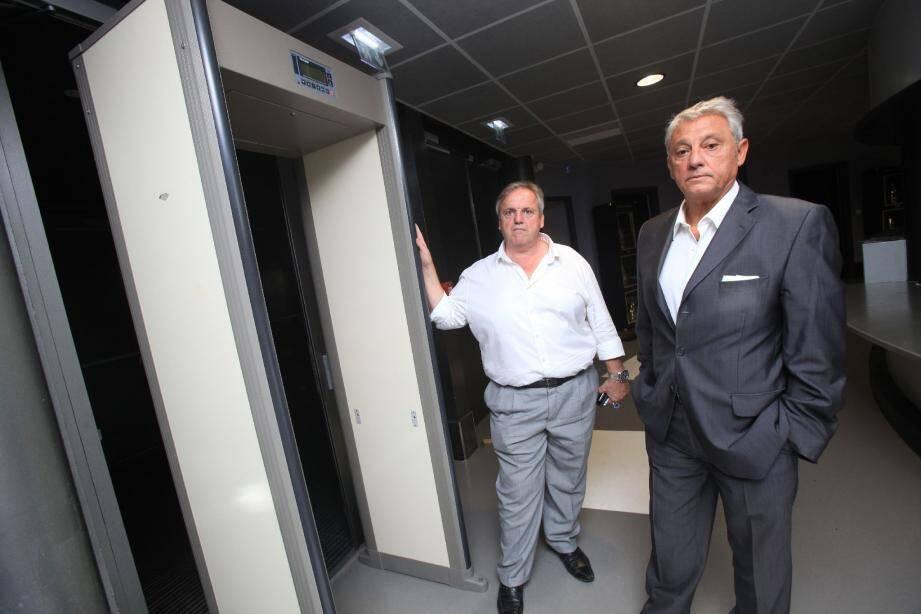 Me Michel Mas (à droite) et le gérant du Colisée, Patrick Vincent aux côtés du portique de sécurité de la discothèque qu'ils prétendent «la plus sécurisée de France».