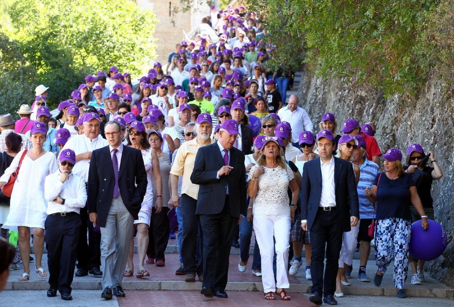 Pas moins de 700 scolaires de Monaco ont suivi le cortège conduit par Catherine Pastor, accompagnée du ministre d'État, de l'archevêque, du président du Conseil national et de plusieurs conseillers de gouvernement dont Stéphane Valeri, pour les Affaires sociales et la Santé.