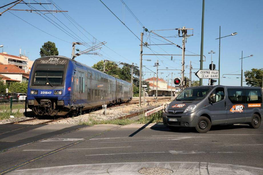Au passage à niveau, près de la gare, les barrières vont s'abaisser entre 40 et 50 fois par jour.
