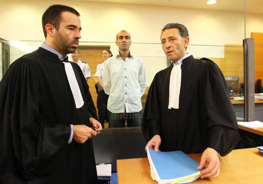 Abdelbast Eddomairi entre ses deux avocats, Me Soussi et Lauze.