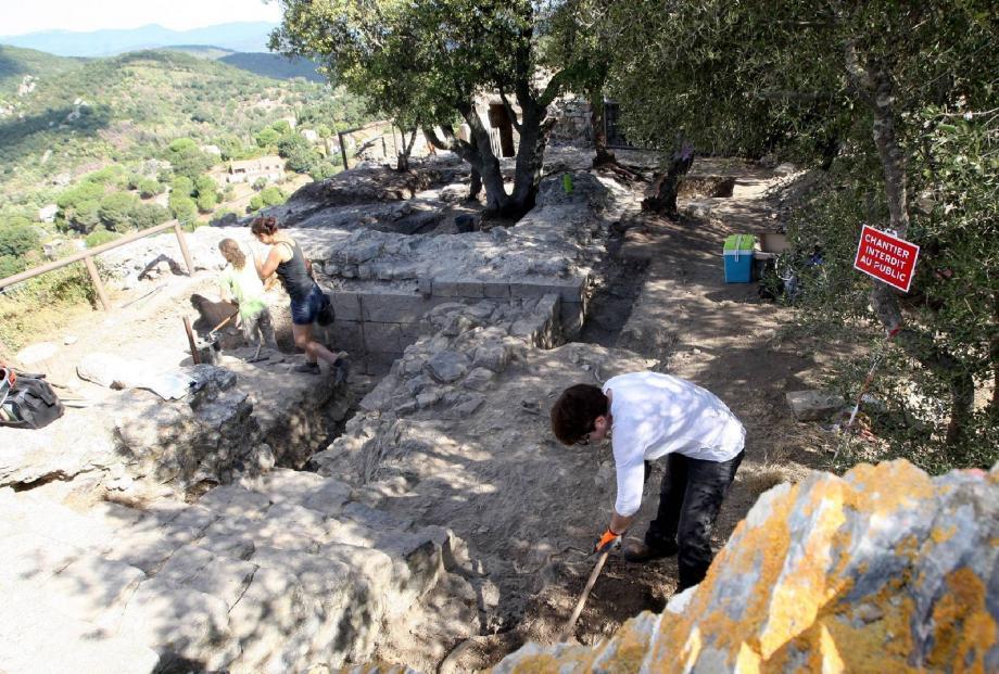 Autour de l'olivier, au fond, on voit les fondations du pourtour de la tour (8 m x 8). Avec des pans de murs en pierre calcaire, « qui ne vient pas du château, car c'est milieu chisteux. Peut être du Mont des oiseaux. La tour des templiers est aussi faite en pierre calcaire.»