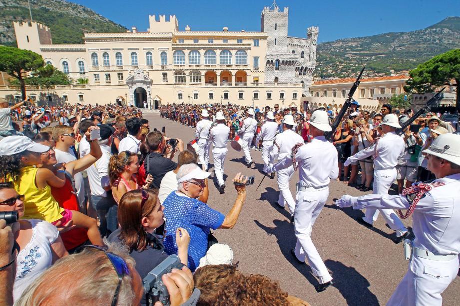 Les visiteurs ont été particulièrement nombreux en Principauté, notamment chaque jour aux traditionnelles relèves de la garde sur la place du Palais.