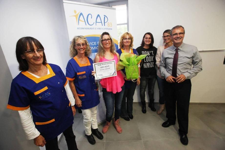 Image d'archives: le directeur de l'ACAP83, René Hayere, a remis à Gwenola Le Mignant le diplôme de validation des acquis de l'expérience.