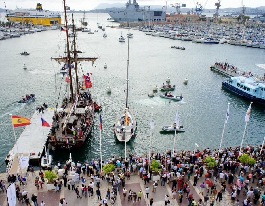 Quelques privilégiés ont embarqué à bord de la Grace et de Atyla (ici), voiliers traditionnels ouverts à la visite, pour assister au véritable appareillage de la flotille « Medhermione », au large.