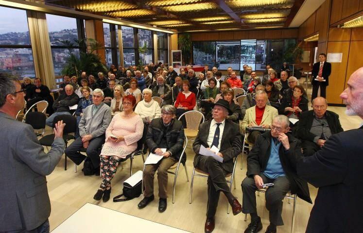 Une centaine de lecteurs-souscripteurs ont participé à la première réunion.