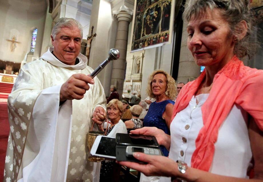 Séance de bénédiction de téléphones portables, ordinateurs et tablettes.