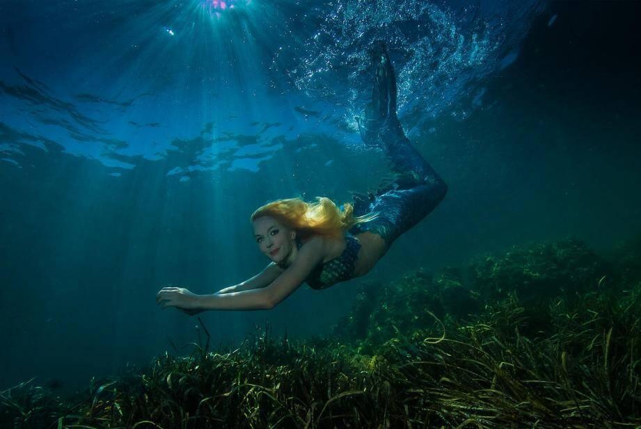 Claire, la première sirène professionnelle de France, est décidément une fille de la mer.