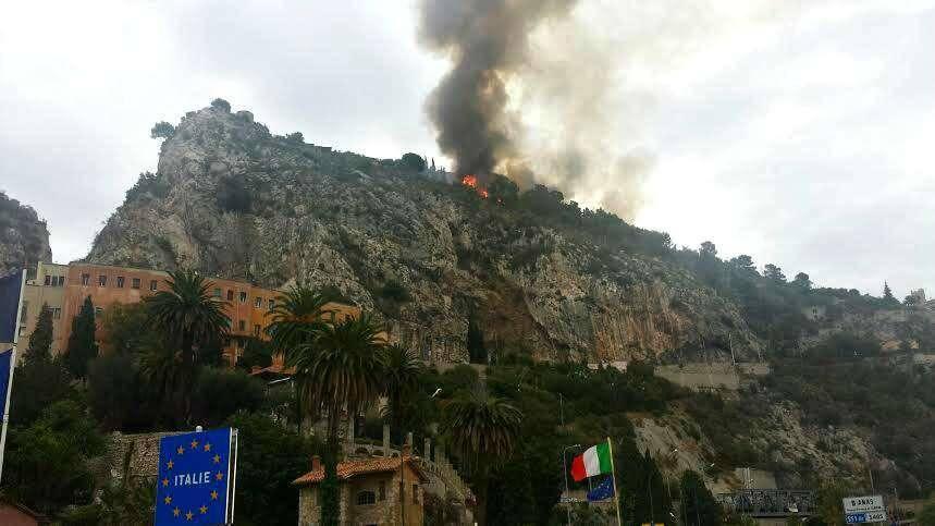 Un incendie s'est déclaré en territoire italien, tout près de la frontière de Menton-Garavan.