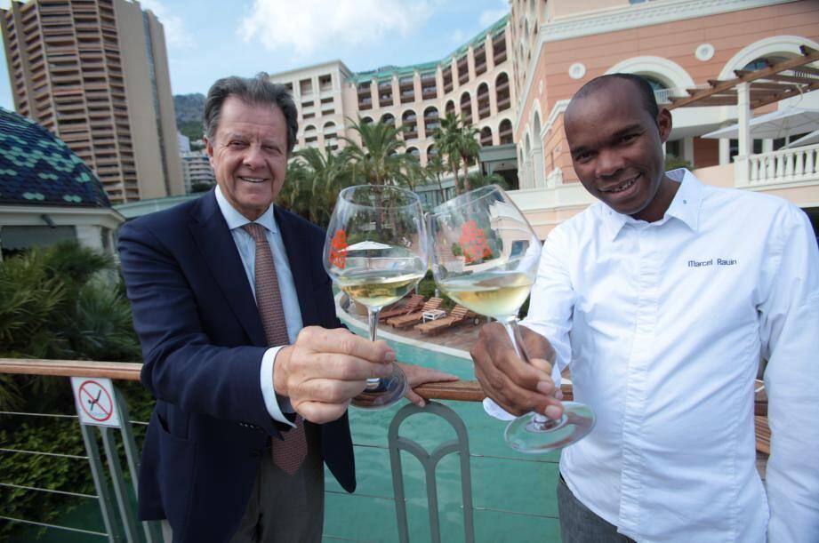 Le directeur du Monte Carlo Bay Sergio Mangini et le chef Marcel Rauin trinquent aux dix ans de l'hotel