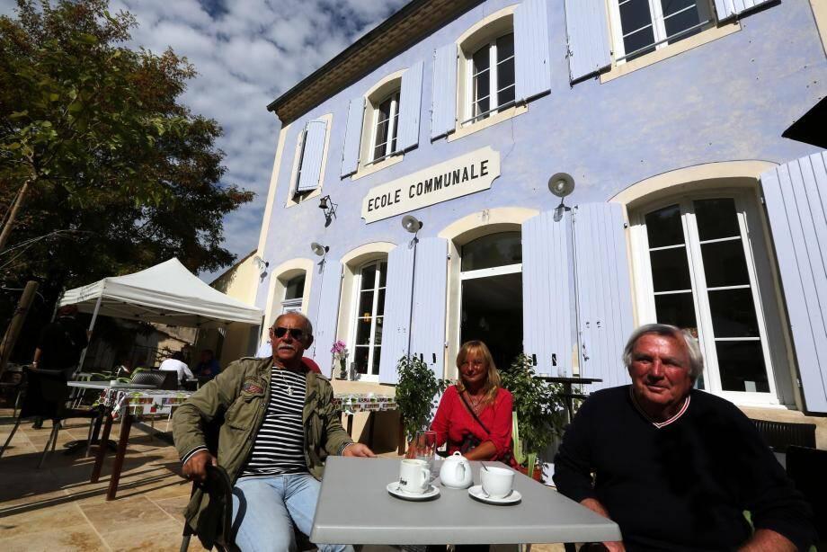 En terrasse, dans l'ancienne cour de l'école, les Esparronnais ont déjà pris leurs habitudes autour d'un petit café.