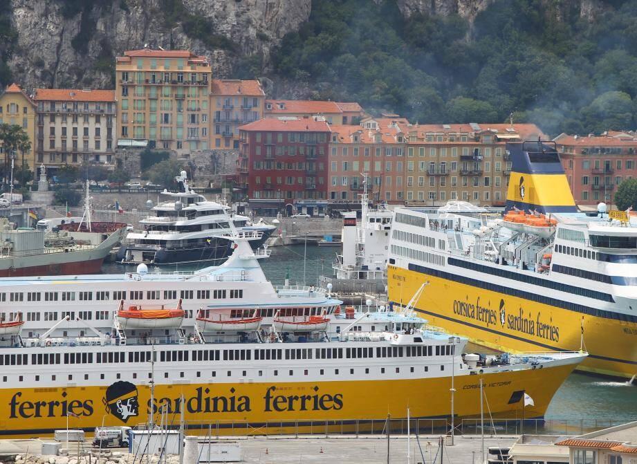 Des bateaux de la Corsica Ferries dans le port de Nice.