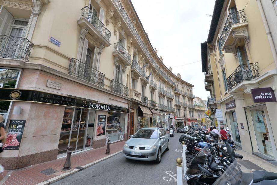 Un côté monégasque, un côté français, une simple rue entre la France et Monaco.