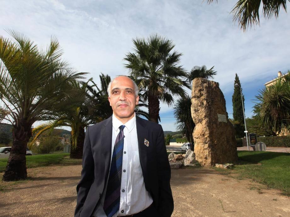 Abdelkader Bouzaboune, ici au rond-point Bachaga-Boualam, tenait à raconter l'histoire de son père Mansour, engagé aux côtés de l'armée française durant la Seconde guerre mondiale et en Algérie.