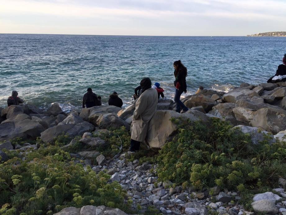 Des réfugiés sur les rochers à Vintimille