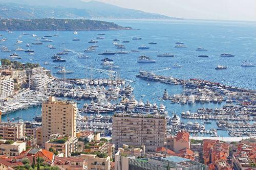 L'image de yachts remplissant le port apparaît deux fois dans l'année : pendant le salon dédiés aux yachts de luxe et le Grand Prix de F1.
