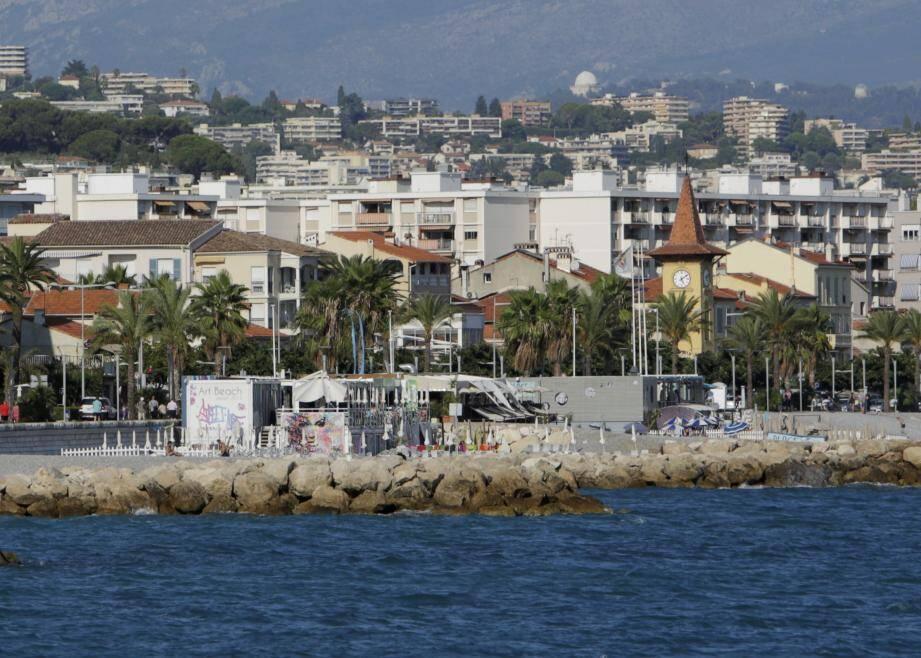 """Les plages privées sur le bord de mer cagnois """"sont inscrites dans une zone déjà urbanisée"""", banalise le rapporteur public."""
