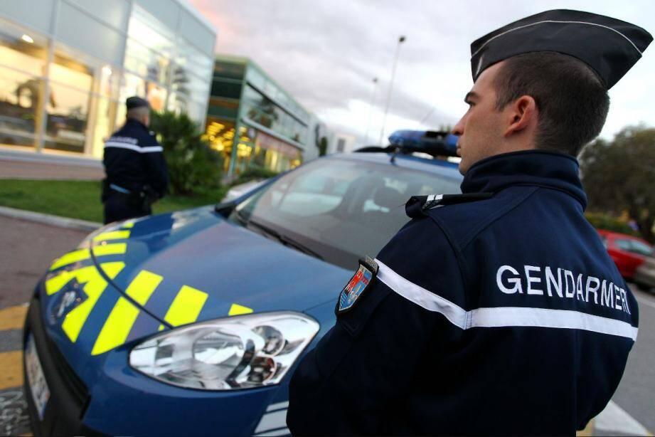 Des gendarmes.