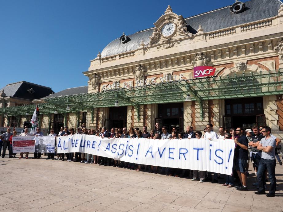Des manifestants se tenaient devant la Gare Thiers de Nice