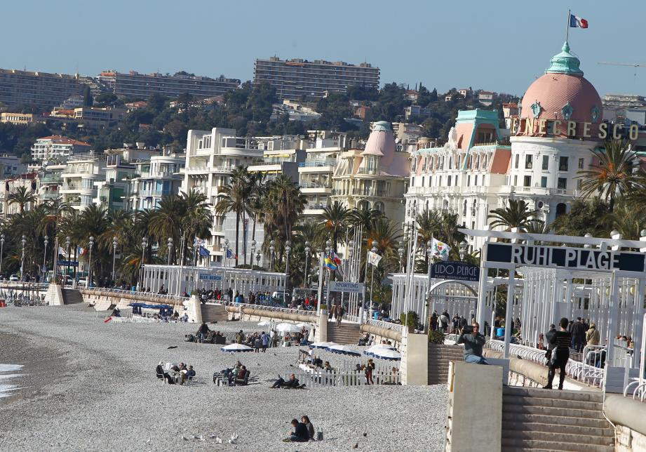 Une vue de la promenade des Anglais à Nice et du Négresco.
