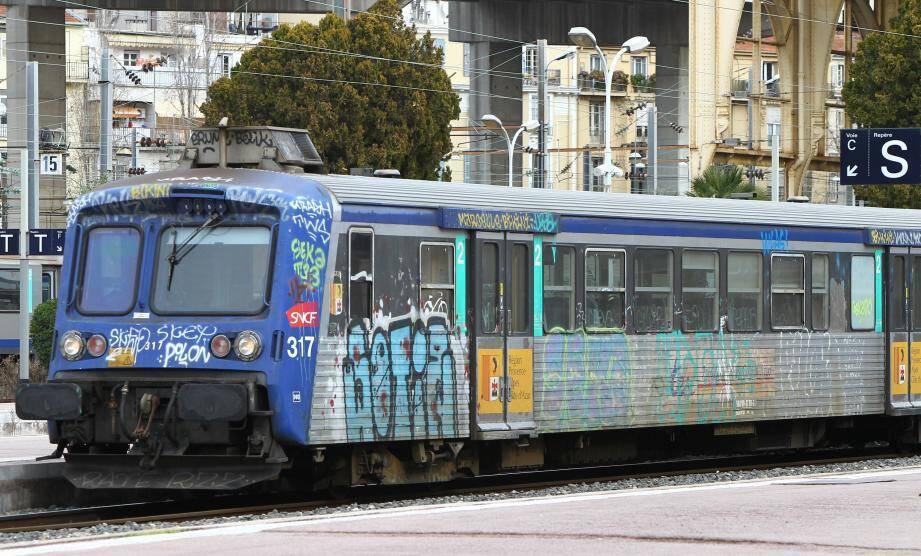 Une ancienne rame d'un train express régional (TER) en gare de Nice.