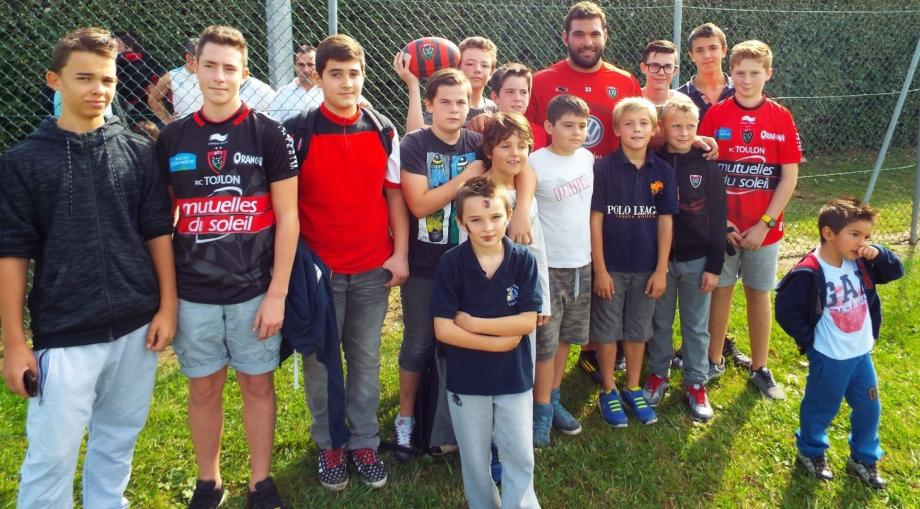 Florian Fresia a débuté le rugby à Grimaud, le pilier toulonnais pose avec des jeunes du club