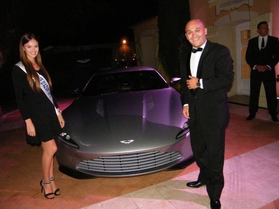 Entre Léanna Ferrero, Miss Côte d'Azur, et Guiseppe Cosmaï, directeur de l'hôtel, la star de la soirée, l'Aston Martin du prochain opus de l'espion 007.