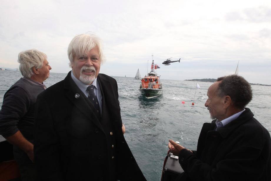 Paul Watson et Pierre Rabhi, tout sourire, viennent de déployer le drapeau noir et blanc de leur « nation » sur les eaux tumultueuses du golfe de Saint-Tropez. « The Ocean Nation » sera officiellement déclarée le 17 octobre à La Seyne.