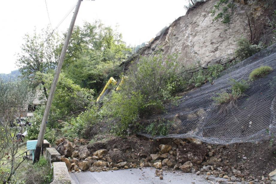 A Gorbio, c'est un pan entier d'un mur qui a glissé sur la route.