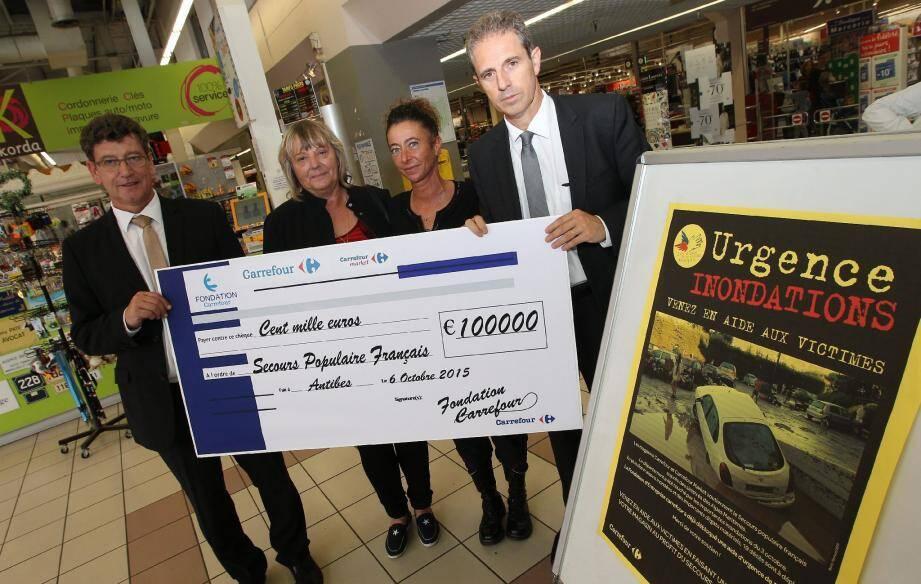 Maryline Trabucatti a reçu le chèque des mains de Francesca Tosoni, directrice du magasin cannois