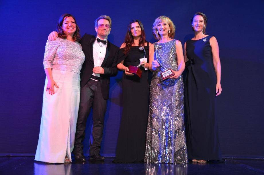 Grand moment d'émotions lors de la remise des Awards. De gauche à droite : Olivia Gaynor-Long, Bono et les primées Ali Hewson et Adi Roche, ovationnées par l'assemblée.