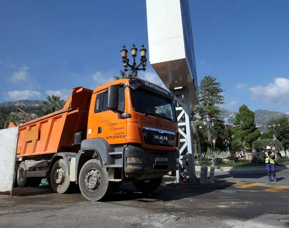 Avant de quitter le chantier, les pneus de tous les camions sont lavés afin de ne pas salir les rues de Monaco.