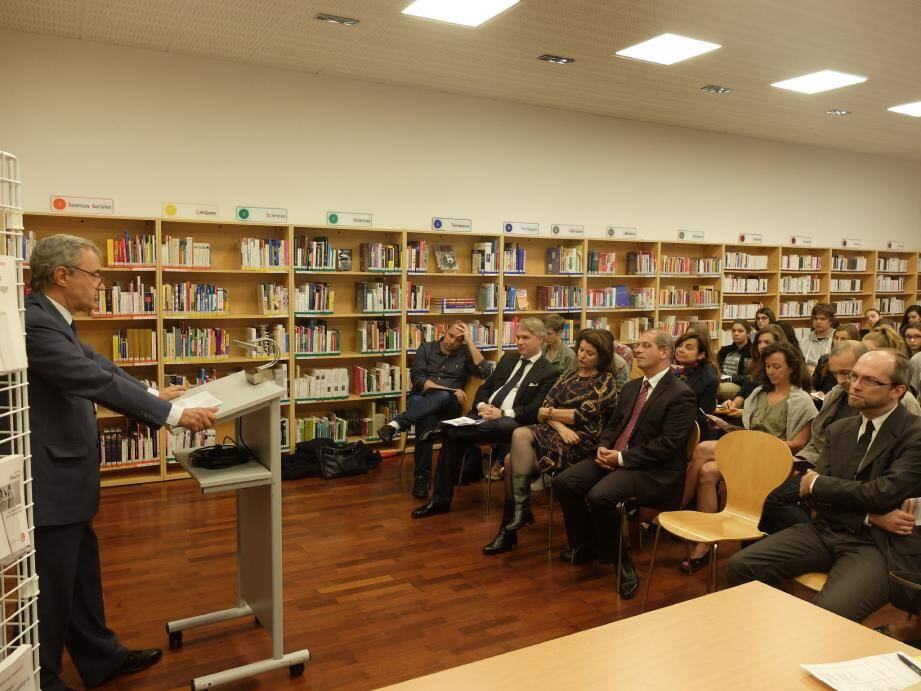 Hier soir, pendant la séance d'accueil des participants au lycée Albert-Ier.