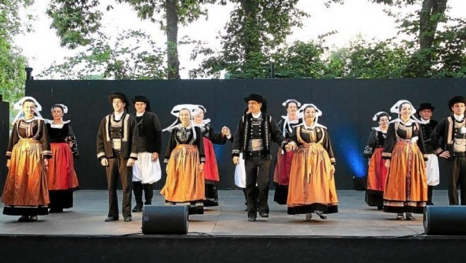 1) Le groupe breton Ar Bleuniou Kignez se produira le 27 mars.