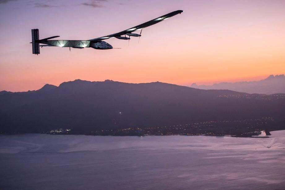 Le 3 juillet dernier, après 117 heures de vol, Solar Impulse se posait à Hawaï. Mais des problèmes techniques l'empêcheront de repartir. Ajournant d'une année le défi de Bertrand Piccard et André Borschberg.