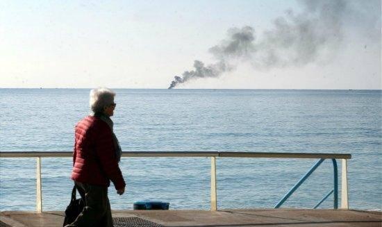 feu bateau coule plaisance monaco menton 151023