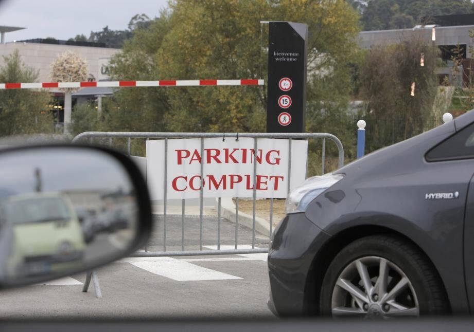 Le parking du Polygone Riviera est vite saturé avec ce flux massif de clients depuis l'ouverture de ce nouveau centre.